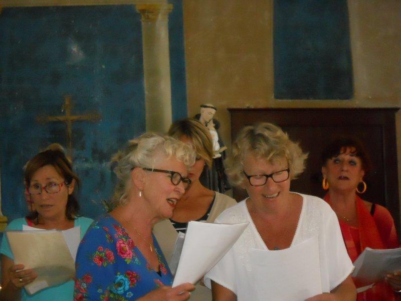 feestelijke afsluiting in het Romaanse kerkje van Bégny